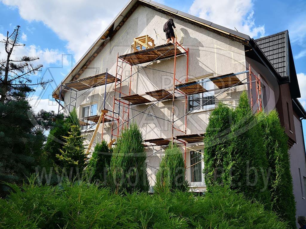 очистка фасада дома от грязи щеткой