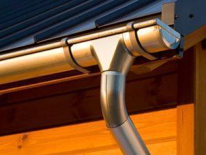 монтаж металлической водосточной системы